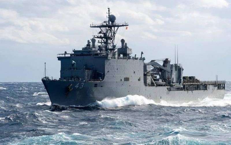 Bateau d'amarrage américain Fort McHenry a quitté la mer Noire