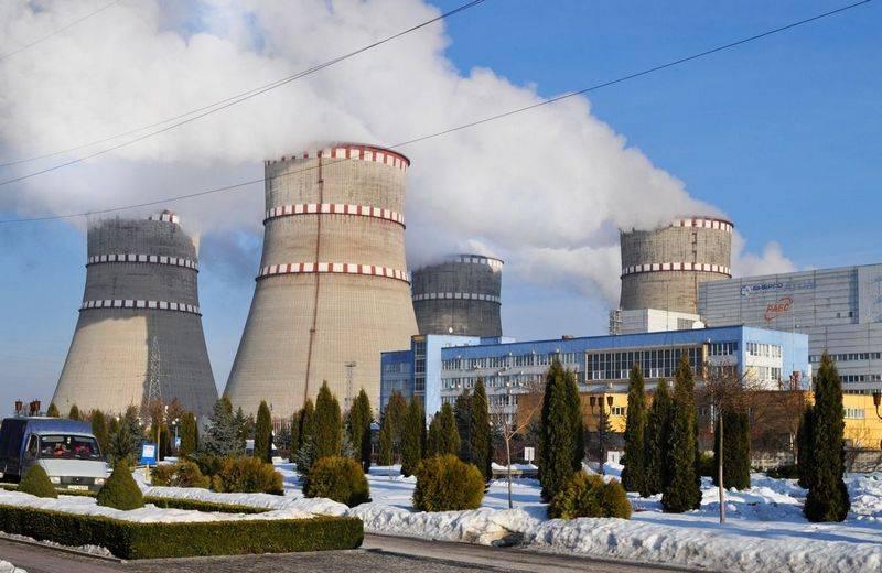 우크라이나의 Rivne NPP에서 근무하는 비상 사태 보호