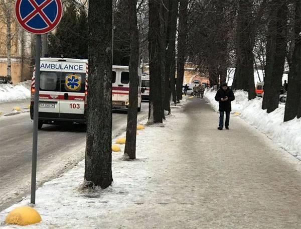 Un volontaire de l'APU annonce l'arrivée à Kiev d'un tableau avec un grand nombre de blessés