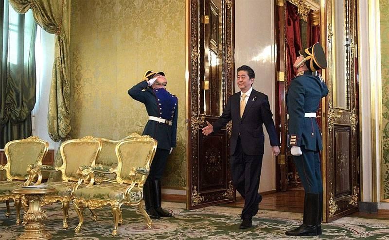 Реакция в Японии на московский визит Абэ: Путин повесил перед ним морковку