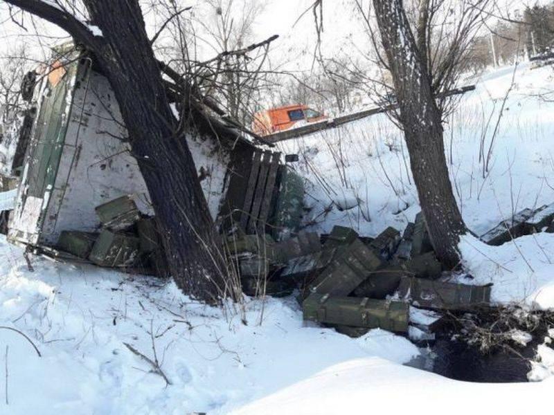 Camión militar APU con municiones volcadas en una zanja.
