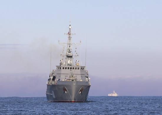 """Sopra la nave più recente, il PMO """"Ivan Antonov"""" alza la bandiera di Sant'Andrea"""