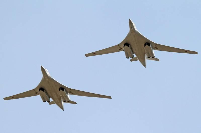 Un par de estrategas rusos Tu-160 hizo un vuelo sobre las aguas del Ártico.