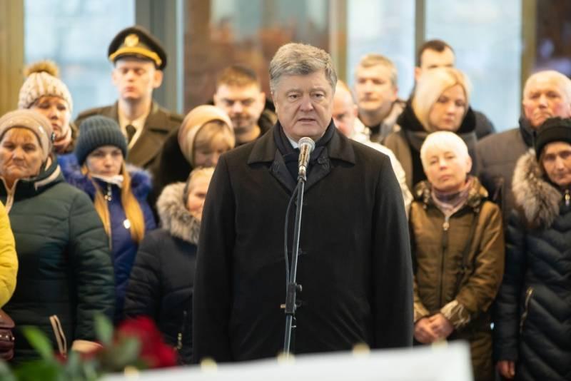Порошенко заявил, что над аэропортом Донецка будет развеваться украинский флаг