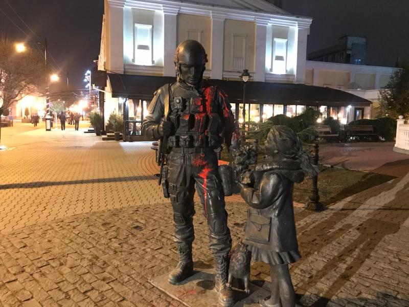 """Памятник """"Вежливым людям"""" в Крыму облили краской"""