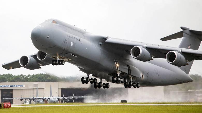 再び車線に戻る:アメリカの軍用輸送機C-5の墜落
