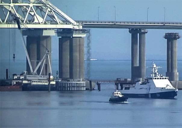 """Poroshenko promete enviar un """"convoy"""" a través del Estrecho de Kerch"""