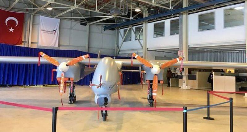 En Turquía, mostró un nuevo reconocimiento y choque UAV YFYK (Anka-2).