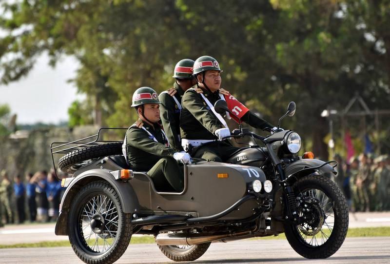 L'armée laotienne transférée sur des motos russes Oural