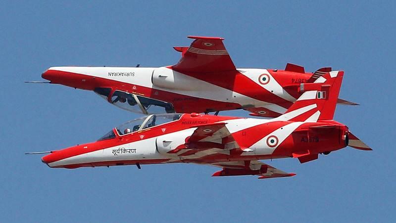 """인도에서는, 인도 공군 """"Surya Kiran""""의 2 대의 항공기 곡예 비행 팀을 떨어 뜨 렸습니다."""