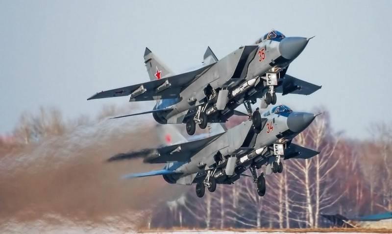 한 쌍의 업그레이드 된 MiG-31BM이 Pacific Fleet의 해군 항공기를 확장했습니다.