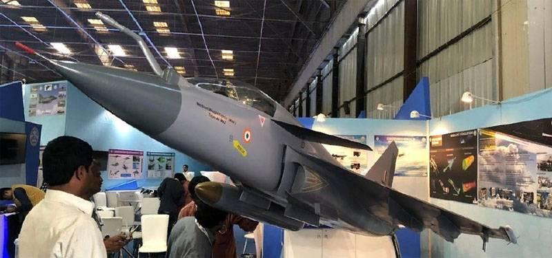 """전문가들은 Indian Tejas AF Mk2의 """"duck wing""""에 주목했습니다."""