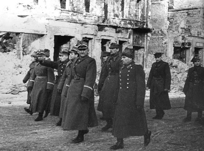 폴란드의 키엘 체에서 명예 시민은 29로부터 소비에트 군인을 박탈했다.