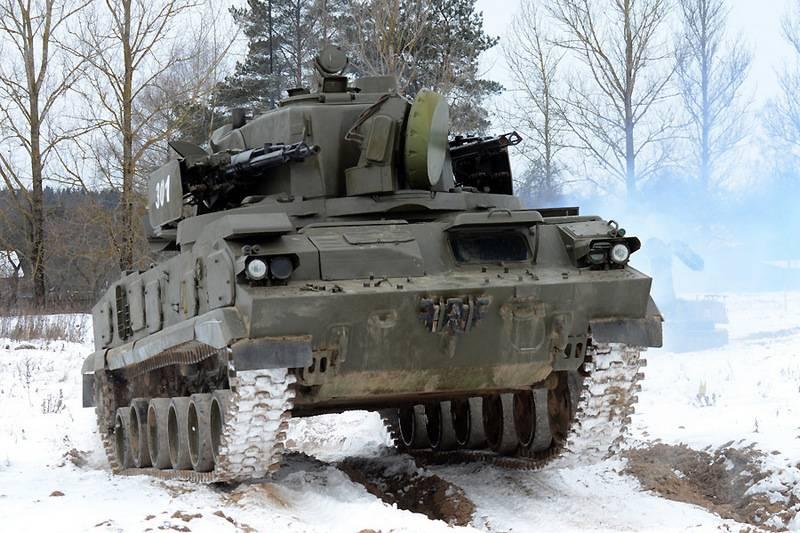 В ЦВО подняты по тревоге подразделения ПВО, в ЮВО - мотострелки