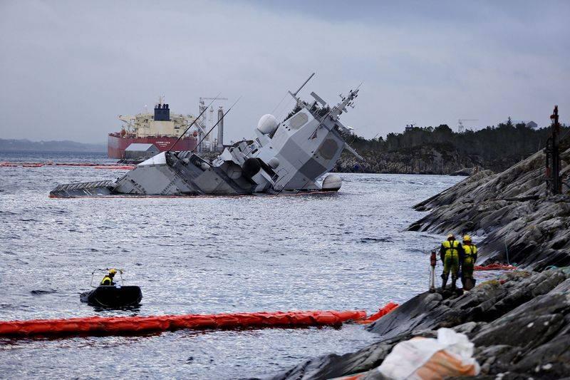 Норвежский фрегат F 313 Helge Ingstad подняли с помощью плавкранов