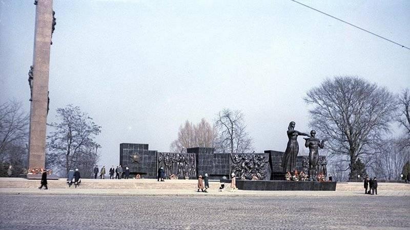 Во Львове третий день пытаются снести Монумент славы Советской армии