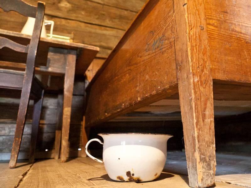 गिनती के किले के लिए शौचालय। जैसा कि मध्य युग में मनाया गया था