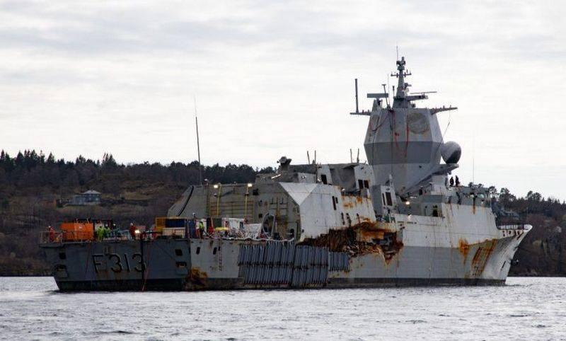 호위함 F의 하단에서 제기 313 Helge Ingstad는 자체 힘으로 처음 통과했습니다.