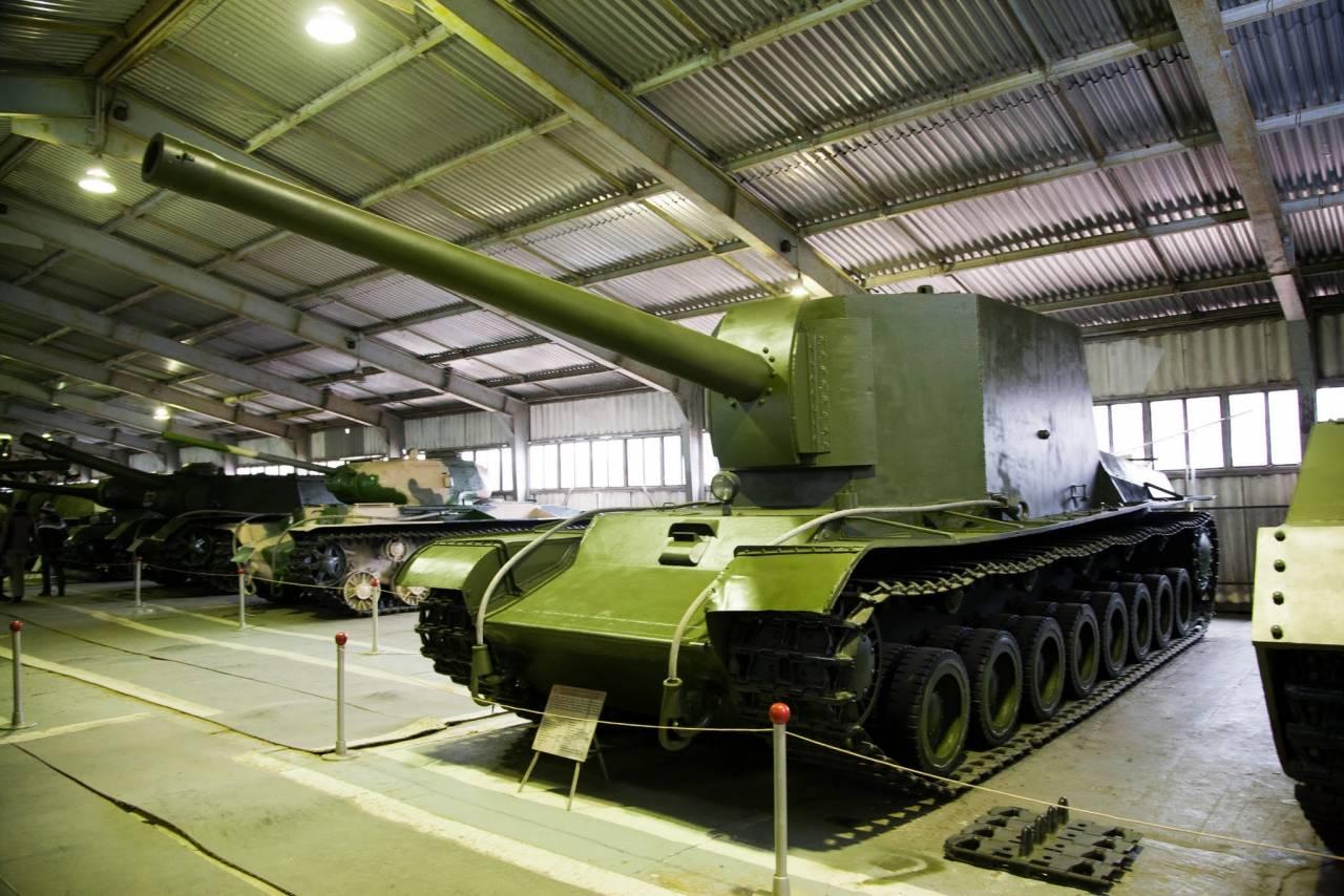 Único exemplar do canhão autopropulsado SU-100Y exposto no museu de Kubinka