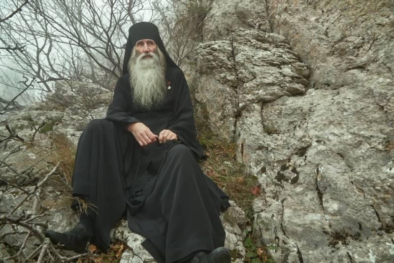 Монах со Звездой Героя на груди