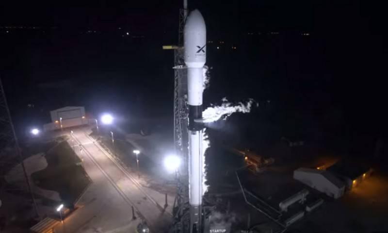 Тяжелая ракета Falcon 9 SpaceX успешно вывела на орбиту 60 спутников