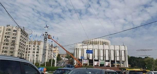 В центре Киева вместо футбольного мяча установили эмблему НАТО