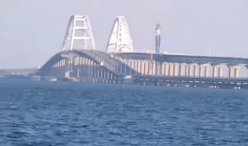 Эксперт заявил об угрозе Крымскому мосту от украинских кораблей