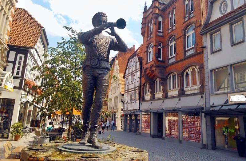Флейтист-Крысолов, скульптура в Гамельне