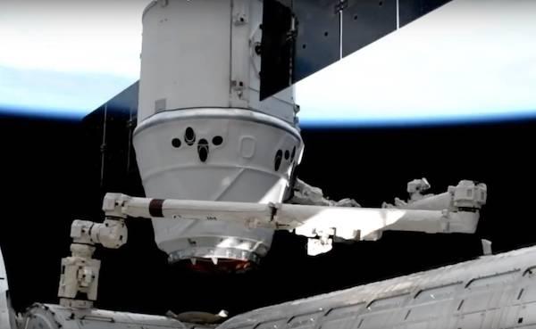 Американский грузовой космический корабль Cargo Dragon успешно приводнился