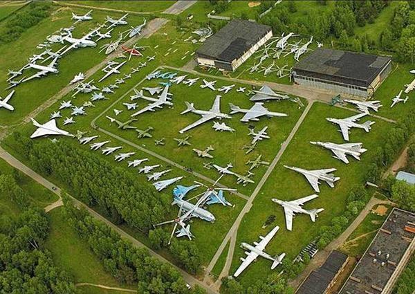 मोनिना में वायु सेना के संग्रहालय का दौरा करें