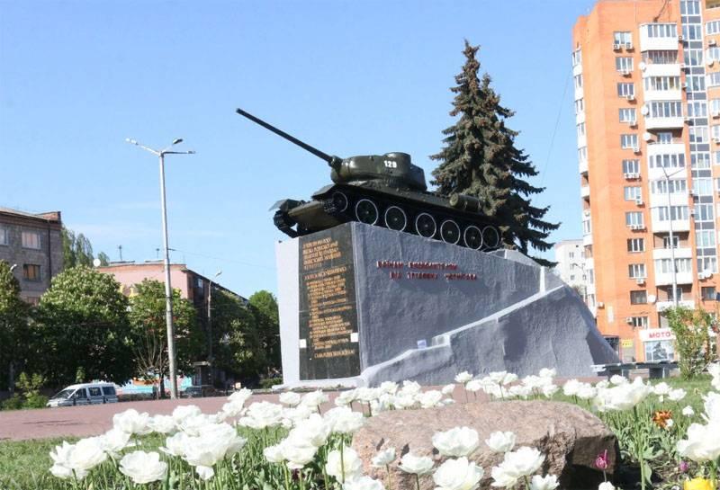 """Война с памятниками: Т-34 в Чернигове пострадал от """"коктейля Молотова"""""""