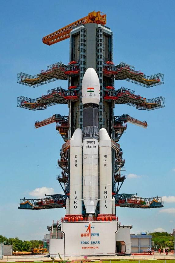 Индия направила к Луне беспилотную миссию с луноходом и орбитальной станцией