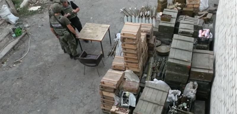 """यूक्रेन की राष्ट्रीय पुलिस ने डोनबास में OUN और """"राइट सेक्टर"""" के स्वैच्छिक निरस्त्रीकरण की घोषणा की"""