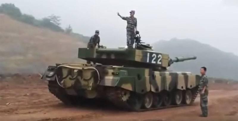 Chinesische gepanzerte Fahrzeuge blieben ohne Treibstoff, während sie versuchten, während der Übungen aus der Umgebung herauszukommen