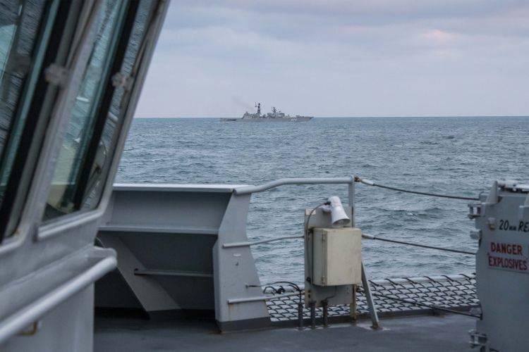 No HMS britânico, Mersey relatou a observação e escolta de navios da Marinha Russa