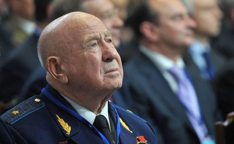 सोवियत संघ के दो बार के नायक सोवियत अलेक्सी लियोनोव की मृत्यु हो गई