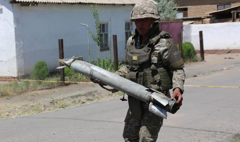 कजाखस्तान के सैन्य बलों के एक अधिकारी की क्रिस के पास सैन्य डिपो की निकासी के दौरान मृत्यु हो गई