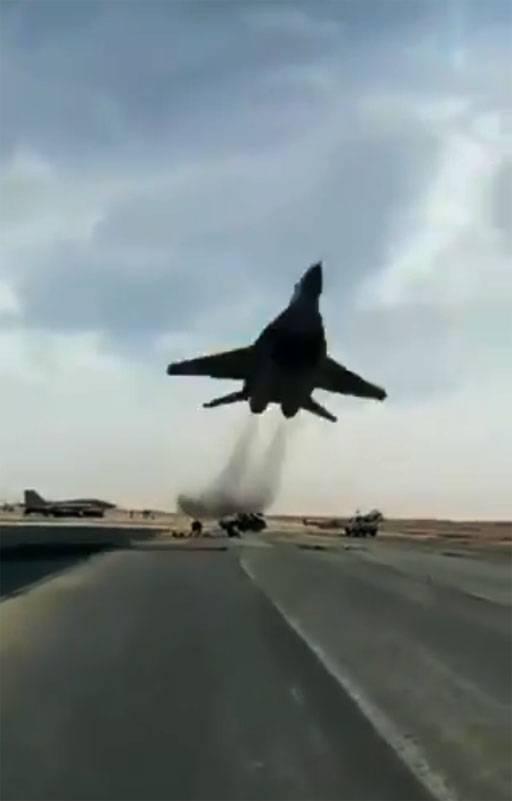 Mostrou vôo espetacular em altitude ultra baixa MiG-29C da Força Aérea da Argélia