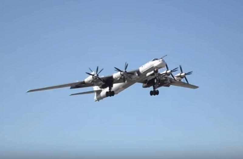 Die russischen Strategen Tu-95MS flogen über das Wasser von drei Meeren