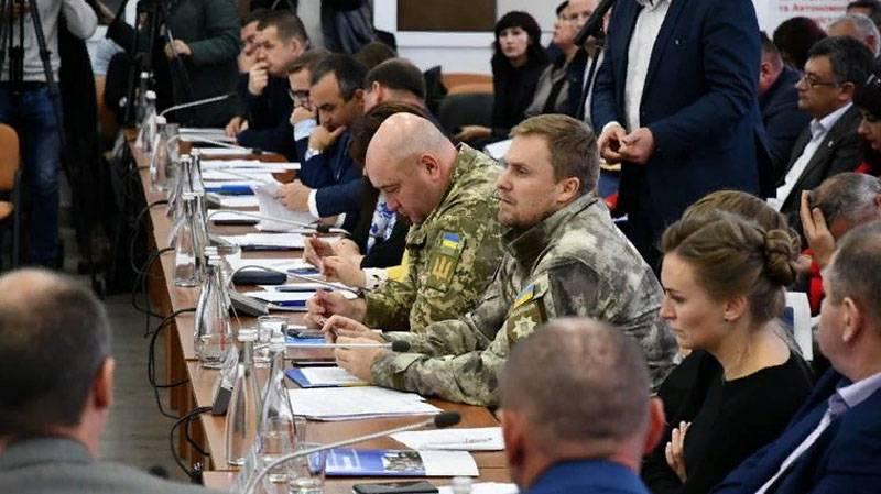 """In der Polizei der Ukraine hat erklärt, dass """"Antiterroristenoperationsveteranen"""" die Waffe vom Goldenen weggenommen haben"""