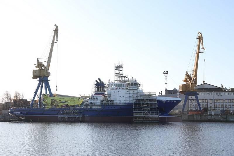 O navio de apoio logístico Vsevolod Bobrov está se preparando para a introdução da tripulação