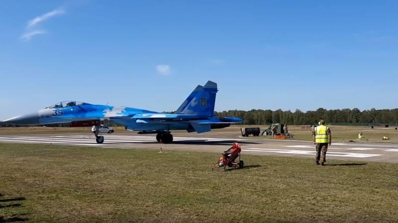 Видео со сдувшим авиатехников истребителем Су-27 ВВС Украины обсуждается в сети