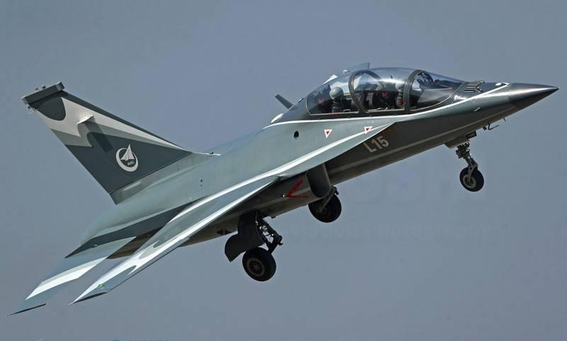 在中国,展示了新型战斗训练机L-15B