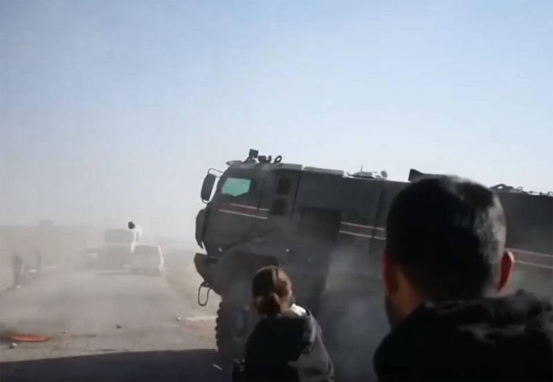 """库尔德人说,""""俄罗斯-土耳其巡逻队""""的一辆装甲车据称遇到了当地居民"""