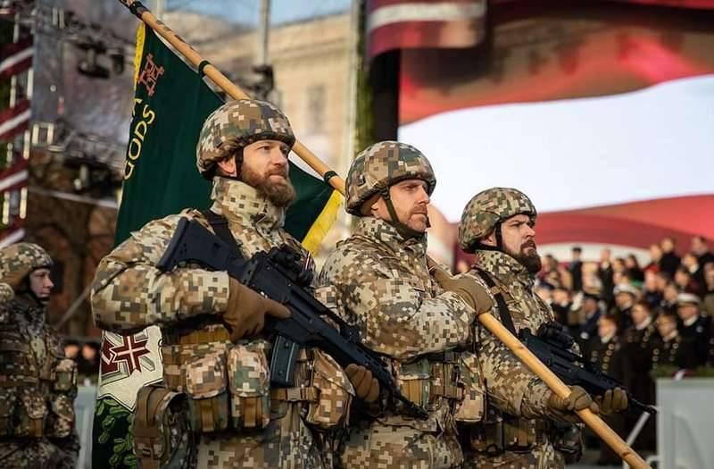 रीगा में लातिनी सेना की 100 की सालगिरह के सम्मान में एक सैन्य परेड आयोजित की गई थी