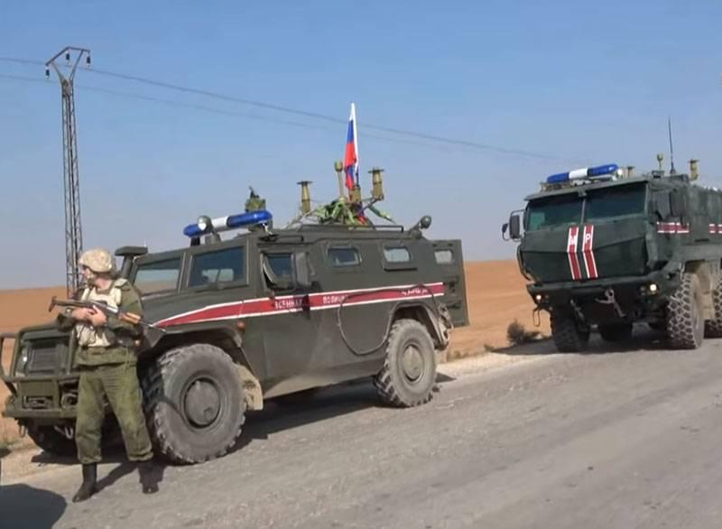 """库尔德人用孩子向俄罗斯联邦宪兵投掷石块,喊""""法西斯主义者埃尔多安"""""""
