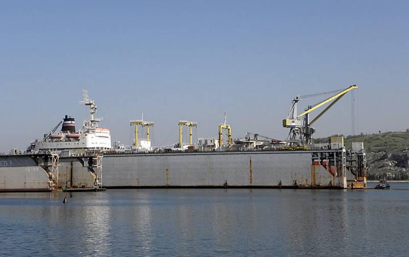 Die 13-Werft von Sewastopol erhielt kleine und mittlere Schwimmdocks