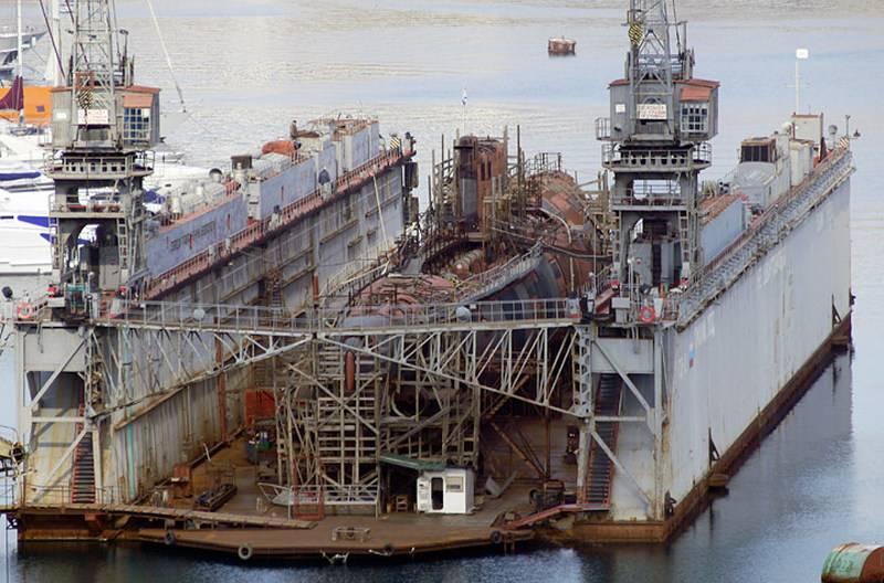 В Севастополе затонул списанный плавдок со списанной подводной лодкой