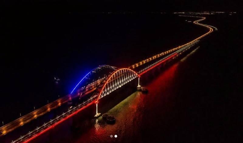 Арки Крымского моста подсветили цветами российского флага