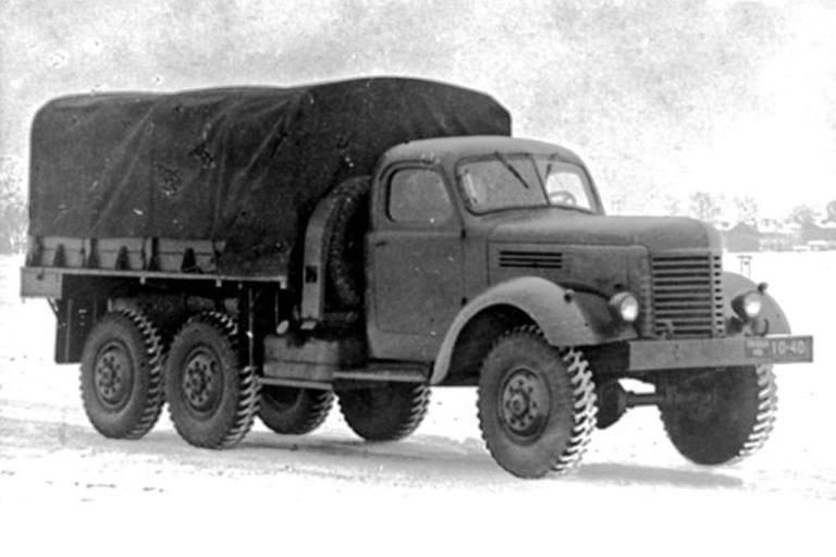 """ZIL-157: """"Fuzil de assalto Kalashnikov"""" entre caminhões do exército"""